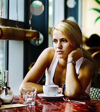 girl-in-coffee-shop