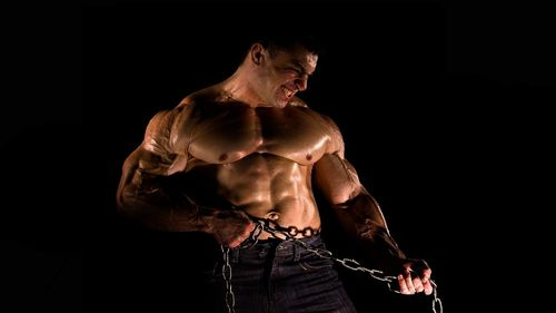 strong-body-builder-breaking-chain