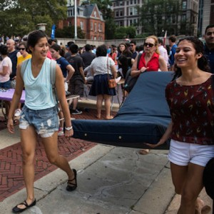 Emma+Sulkowicz+Columbia+Student+Carries+Mattress+Hb0O8aQcLm9l