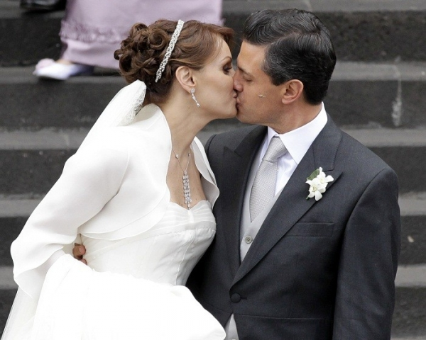 newly-elected-president-enrique-pena-nieto-kisses-his-wife-mexican-actress-angelica-rivera-after-getting-married-at-the-metropolitan-cathedral-in-toluca-near-mexico-city-november-27-2010