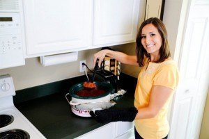woman-cooking-in-crockpot