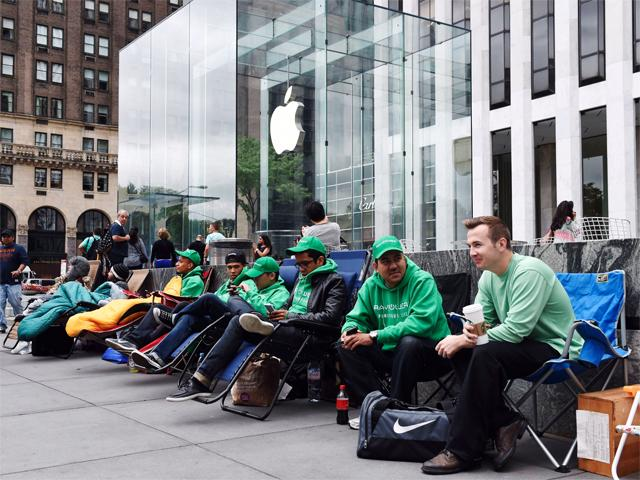 apple-iphone-6-fans-line-up-outside-the-apple-store-ahead-of-launch