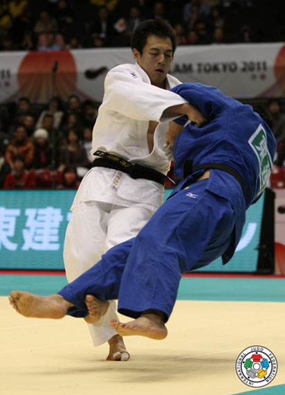 2. Launch a circular movement, turning with your hips to give greater power. Catch the side of his foot with the sole of yours. It is a similar mation as the judo throw Ko Soto Gari