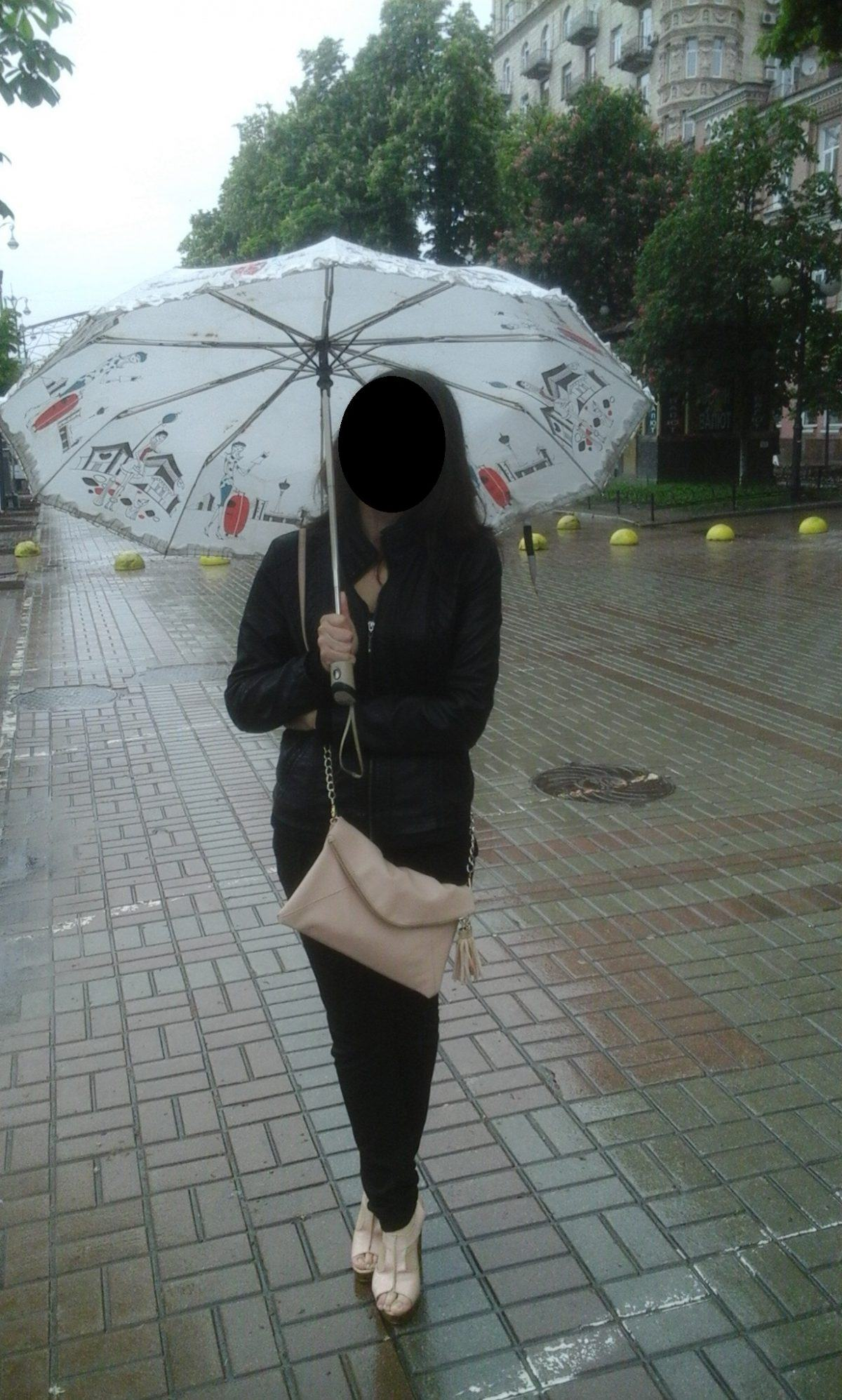 Always with a radiant smile and high heels, even under the rain
